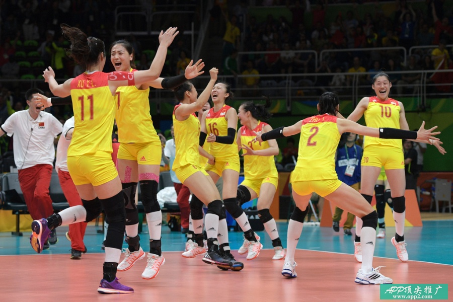 China's players celebrate after winning their women's Gold Medal volleyball match against Serbia at Maracanazinho Stadium in Rio de Janeiro on August 20, 2016, at the Rio 2016 Olympic Games. / AFP PHOTO / Juan Mabromata